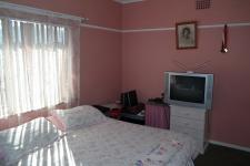 Bed Room 1 - 17 square meters of property in Parow East