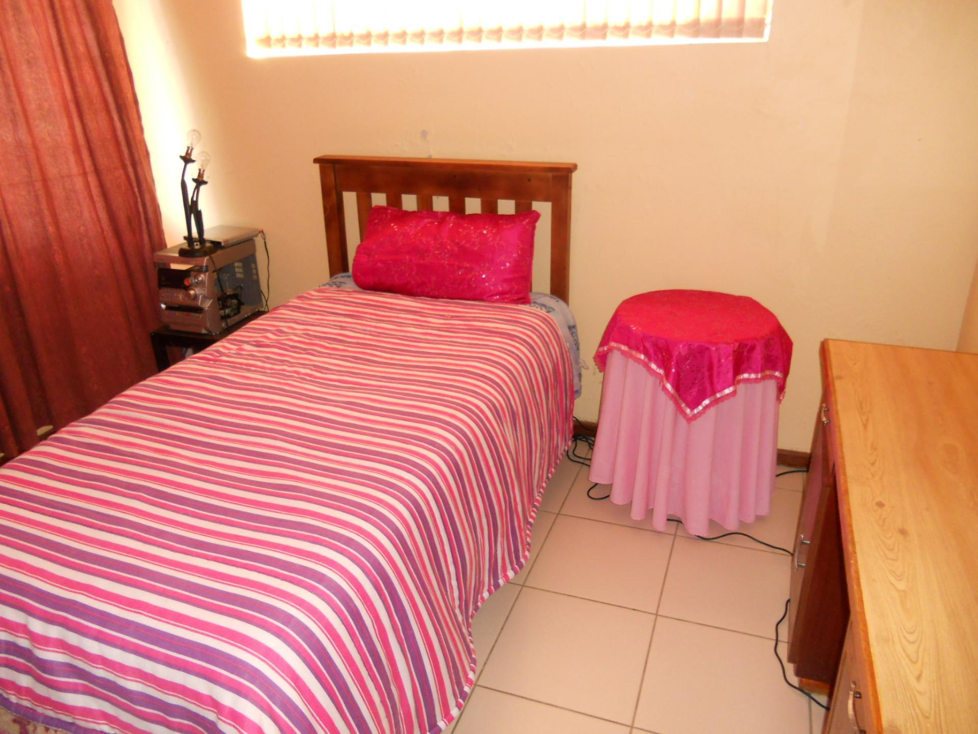 Bed Room 1 - 10 square meters of property in Pacaltsdorp