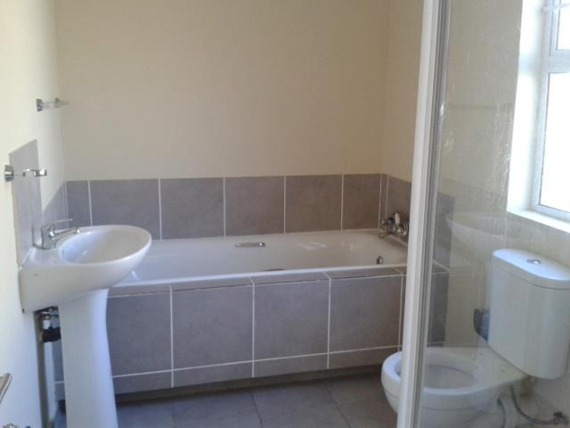 Bathroom 1 - 6 square meters of property in Southernwood