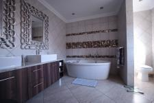 Main Bathroom - 14 square meters of property in The Wilds Estate