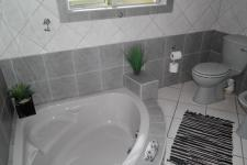 Main Bathroom - 16 square meters of property in Porterville