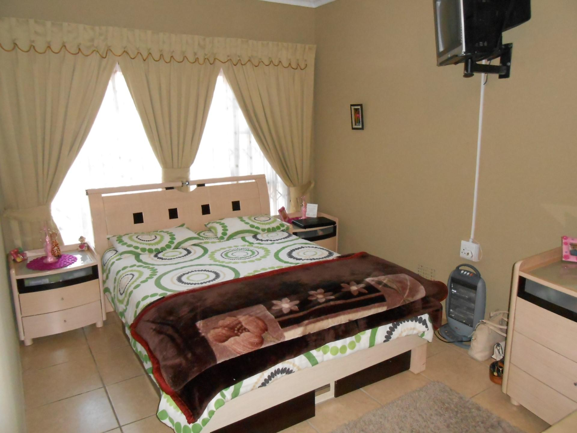Bed Room 1 - 18 square meters of property in Alberton