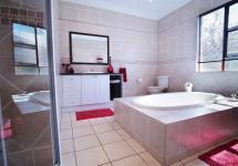 Bathroom 1 - 19 square meters of property in Woodhill Golf Estate
