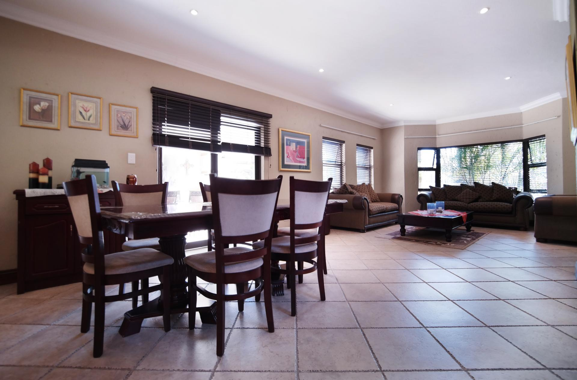 Dining Room - 17 square meters of property in Woodhill Golf Estate