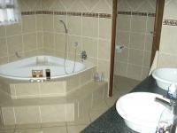 Main Bathroom - 14 square meters of property in Raslouw