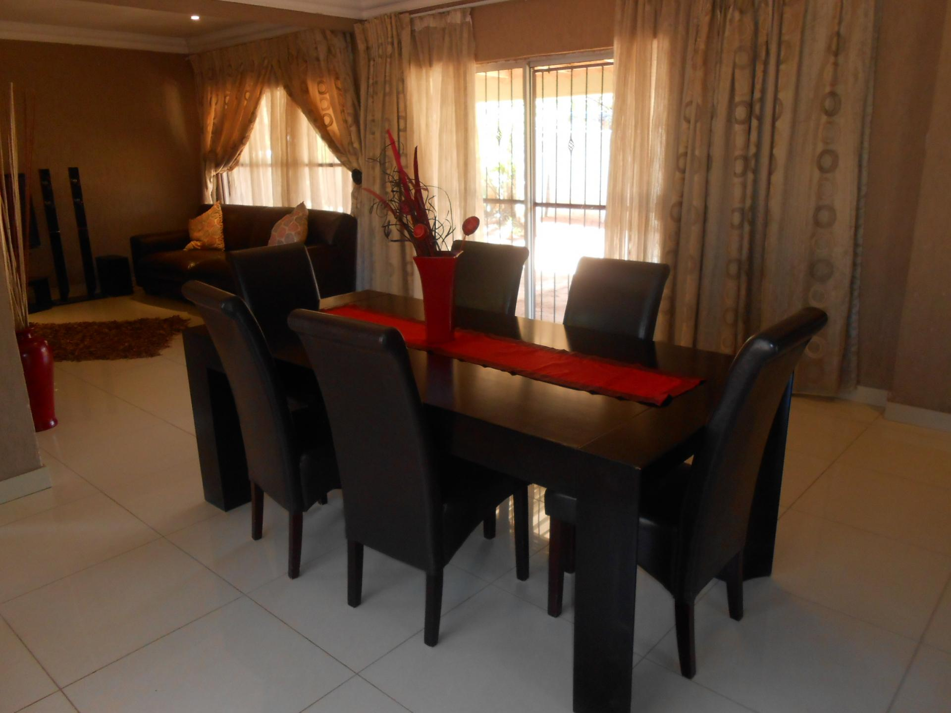 Dining Room - 25 square meters of property in Karenpark