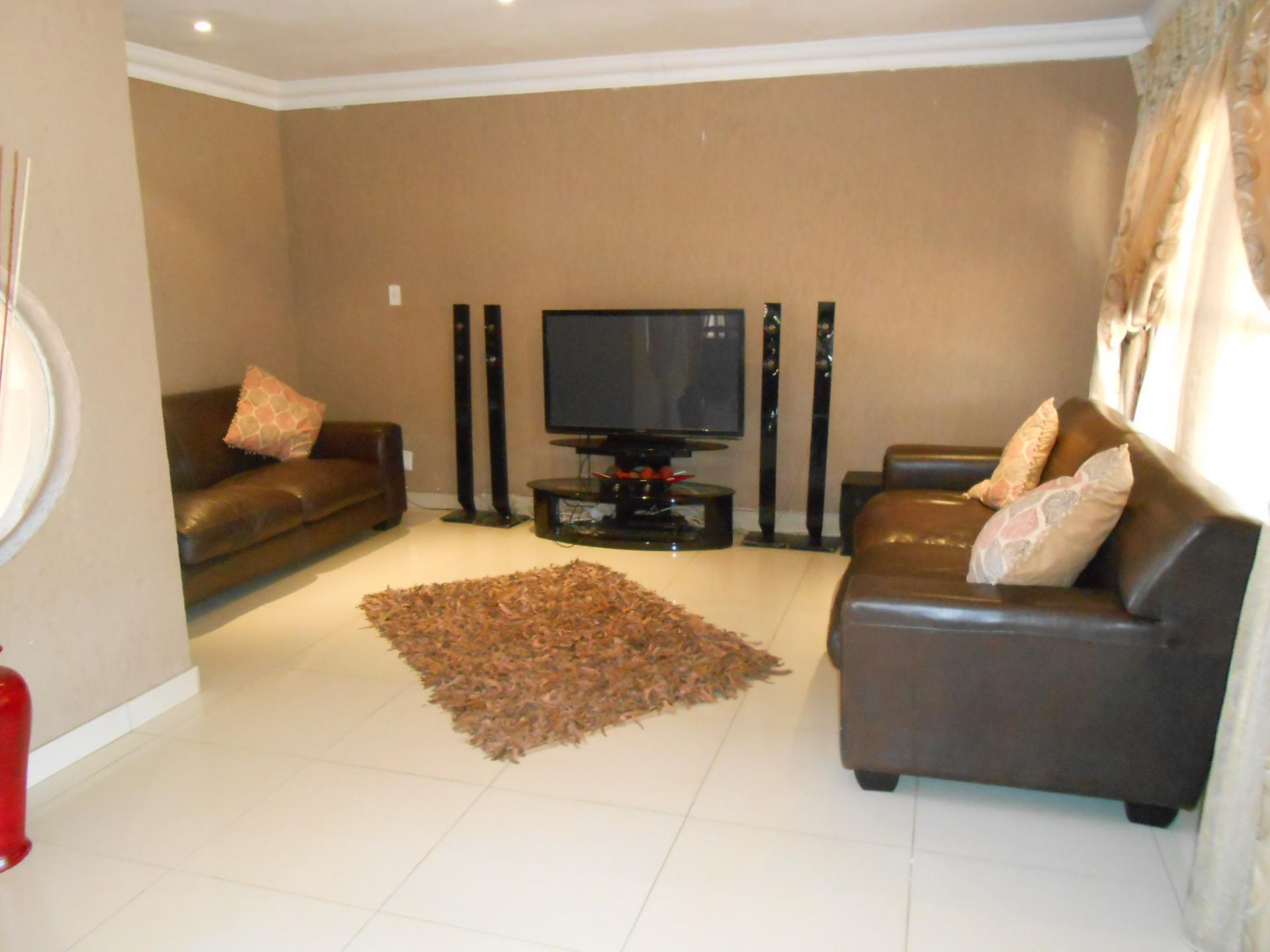 Lounges - 21 square meters of property in Karenpark