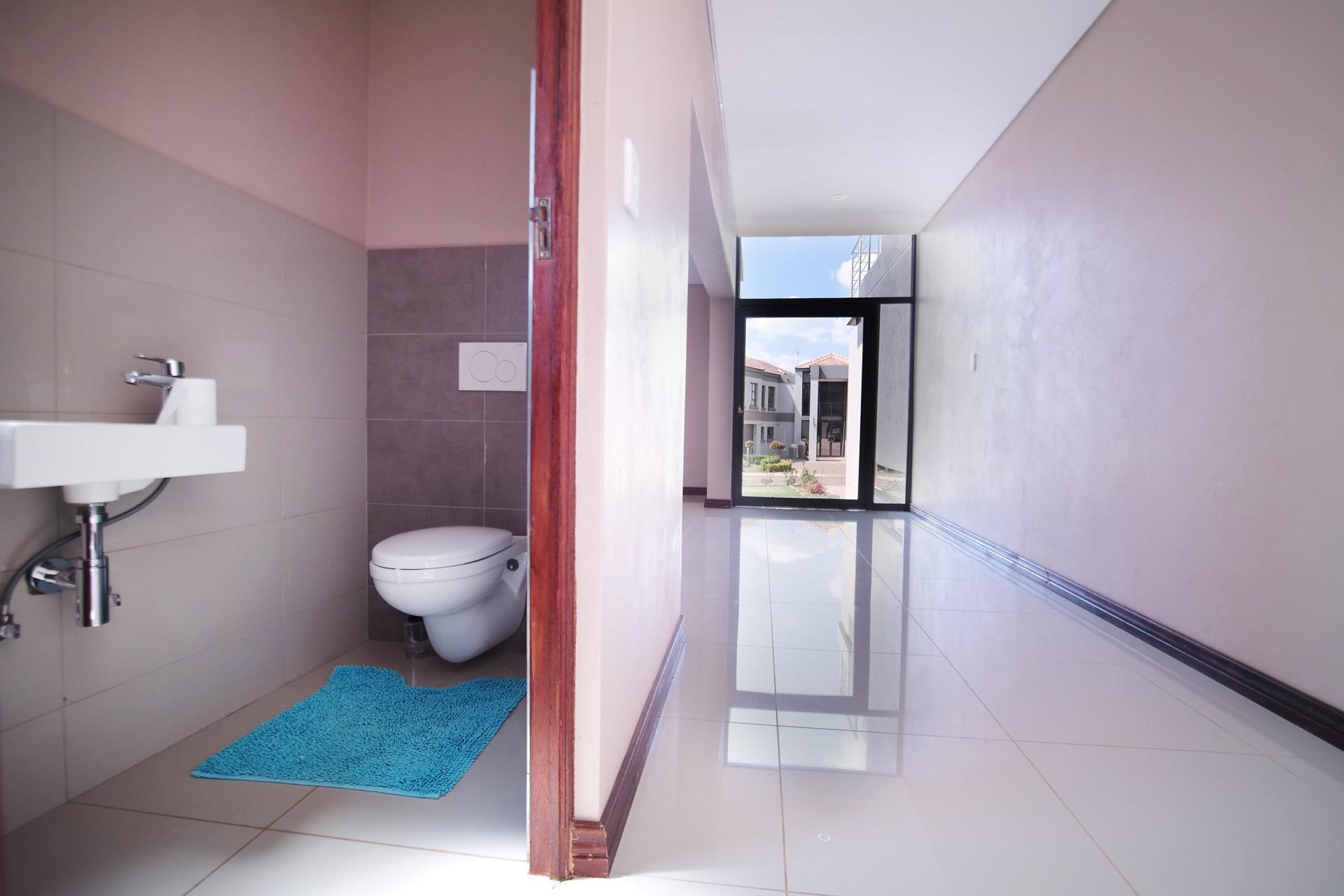 Bathroom 1 - 2 square meters of property in Silverwoods Country Estate