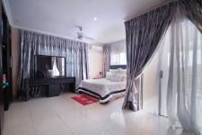 Main Bedroom - 35 square meters of property in Willow Acres Estate