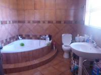 Main Bathroom of property in Rangeview