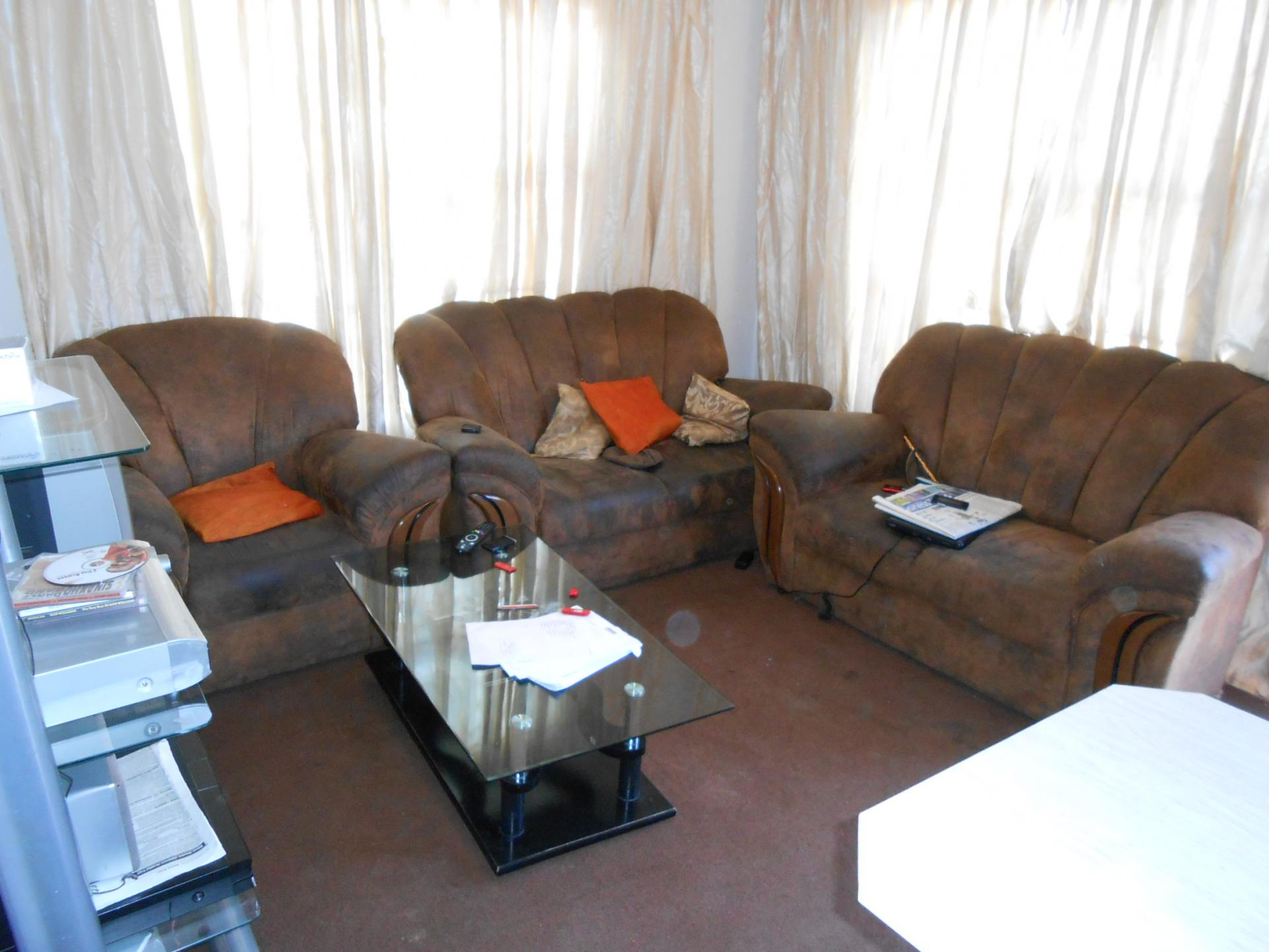 Lounges - 13 square meters of property in Olievenhoutbos