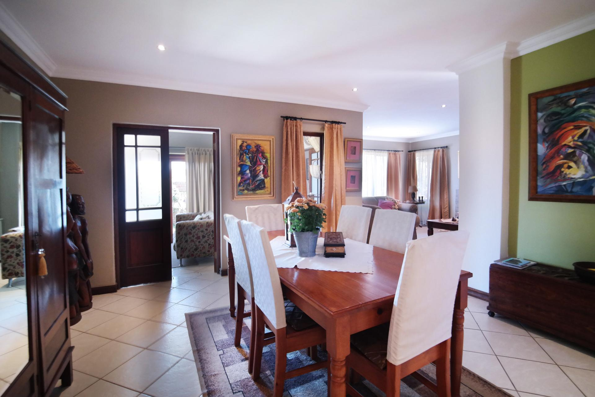 Dining Room - 22 square meters of property in The Meadows Estate