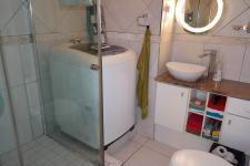 Bathroom 1 - 5 square meters of property in Grassy Park