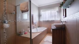 Bathroom 2 - 2 square meters of property in The Meadows Estate