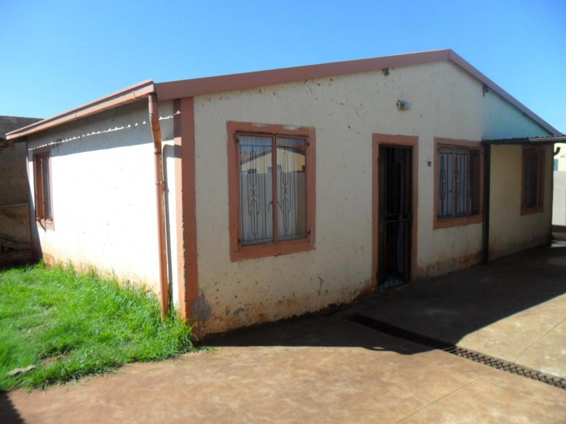 Front View of property in Roodekop