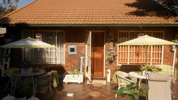 2 Bedroom Sectional Title For Sale in Die Hoewes - Private Sale - MR129652