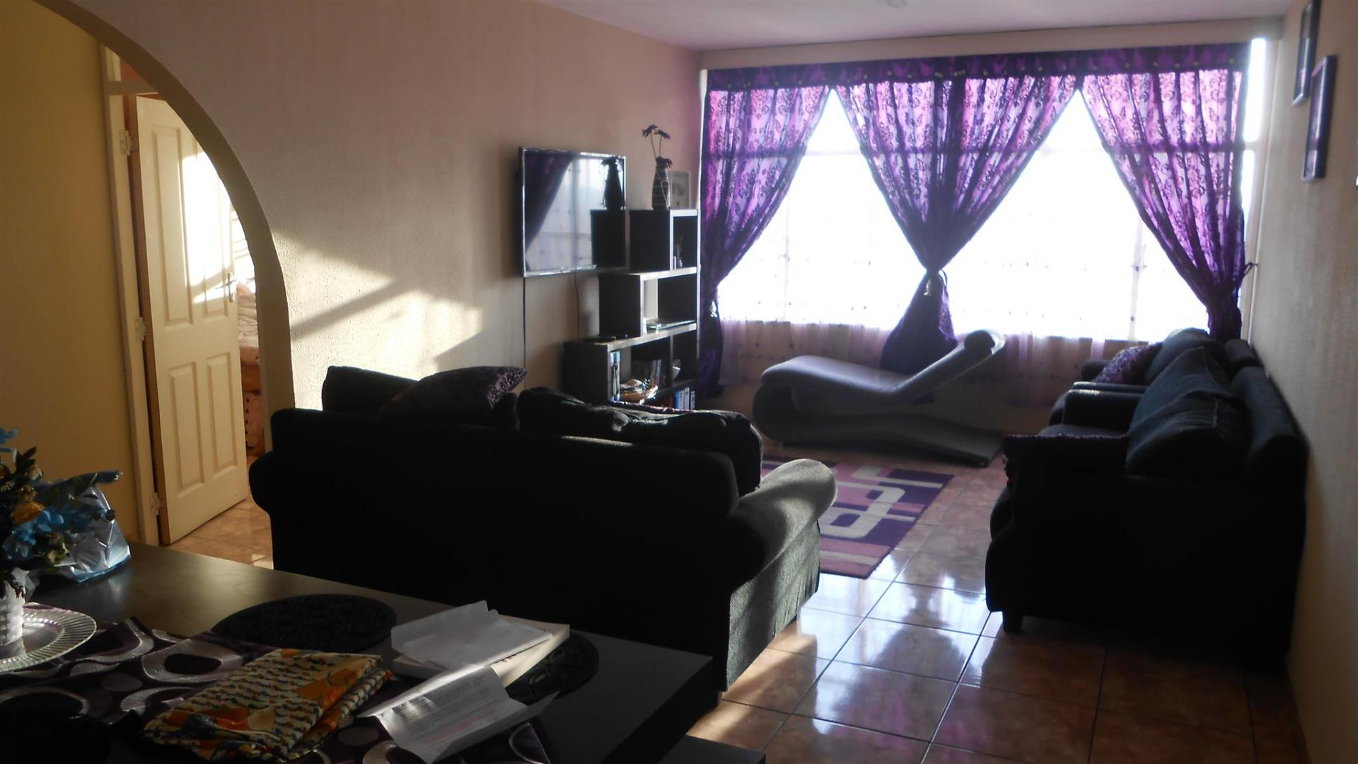 Lounges - 17 square meters of property in Benoni