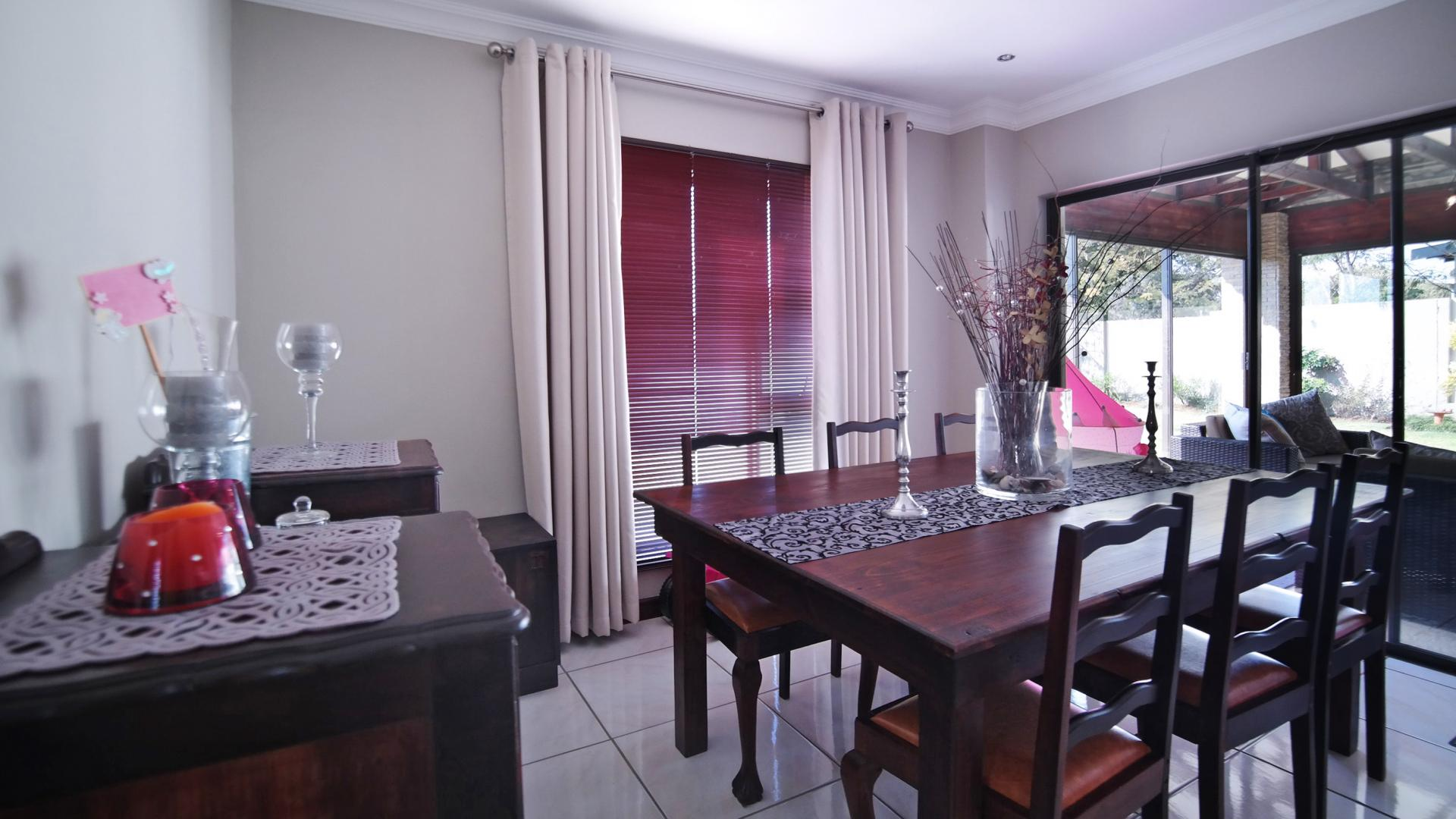 Dining Room - 12 square meters of property in The Meadows Estate