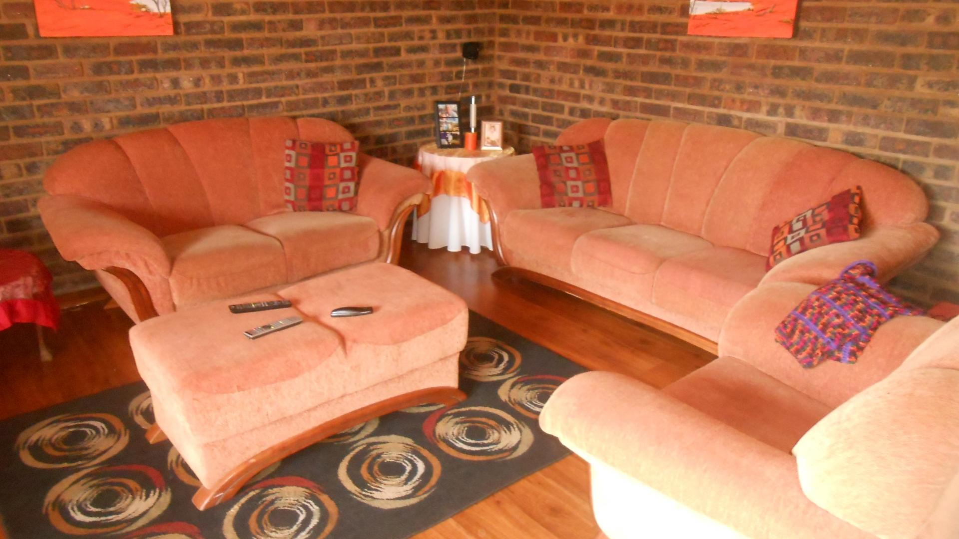 Lounges - 37 square meters of property in Emalahleni (Witbank)