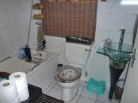 Bathroom 1 - 2 square meters of property in Linmeyer