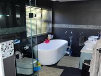 Main Bathroom - 10 square meters of property in Pecanwood Estate