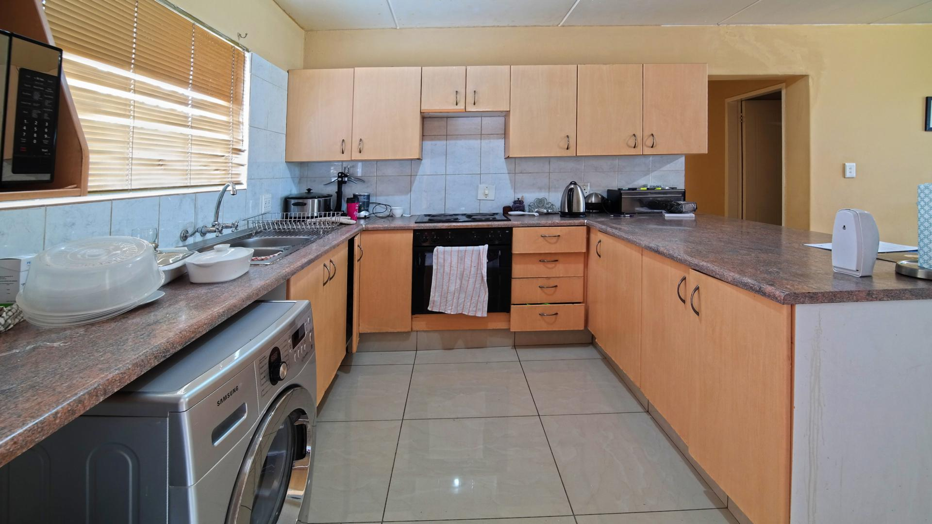 Kitchen - 11 square meters of property in Equestria