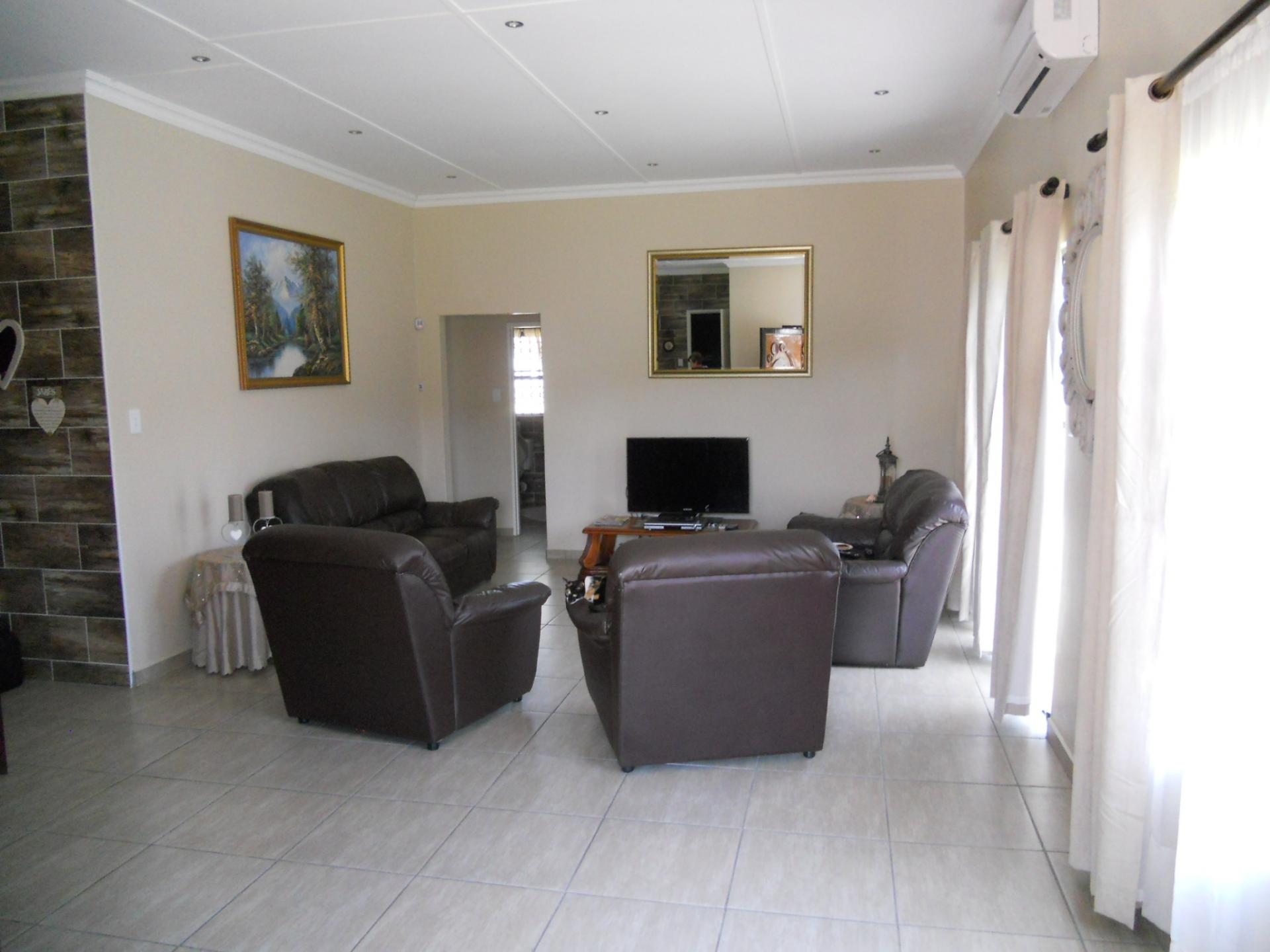 Lounges - 20 square meters of property in Birdswood