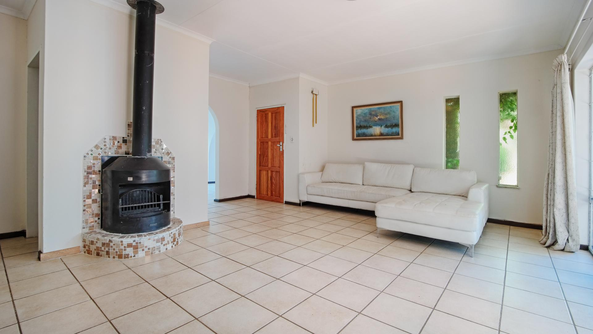 Lounges - 27 square meters of property in Waterkloof Glen