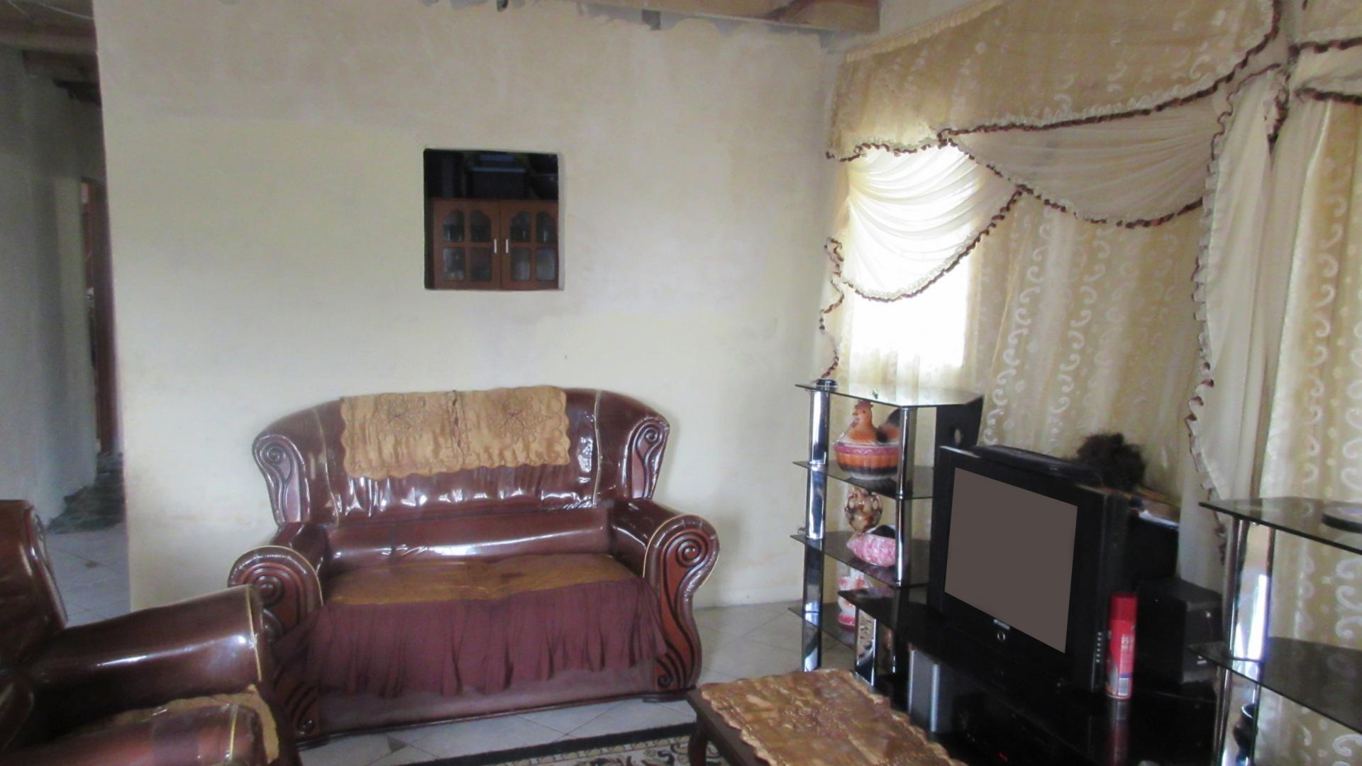 Lounges - 22 square meters of property in Mfuleni