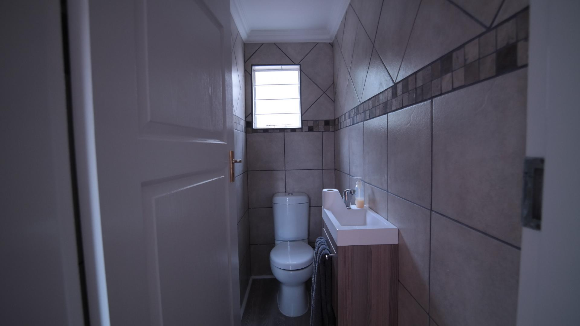 Guest Toilet - 2 square meters of property in Moreletapark