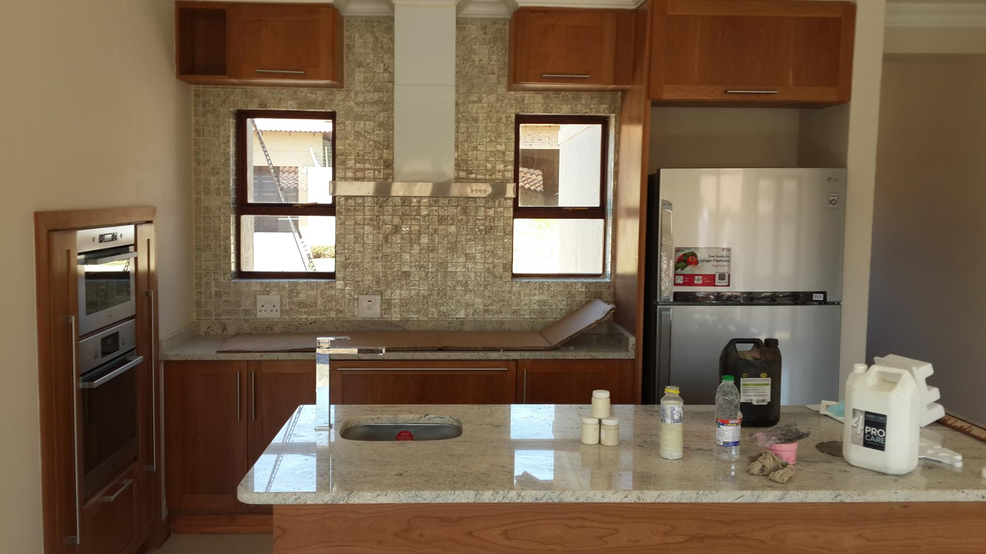 Kitchen - 14 square meters of property in Olympus