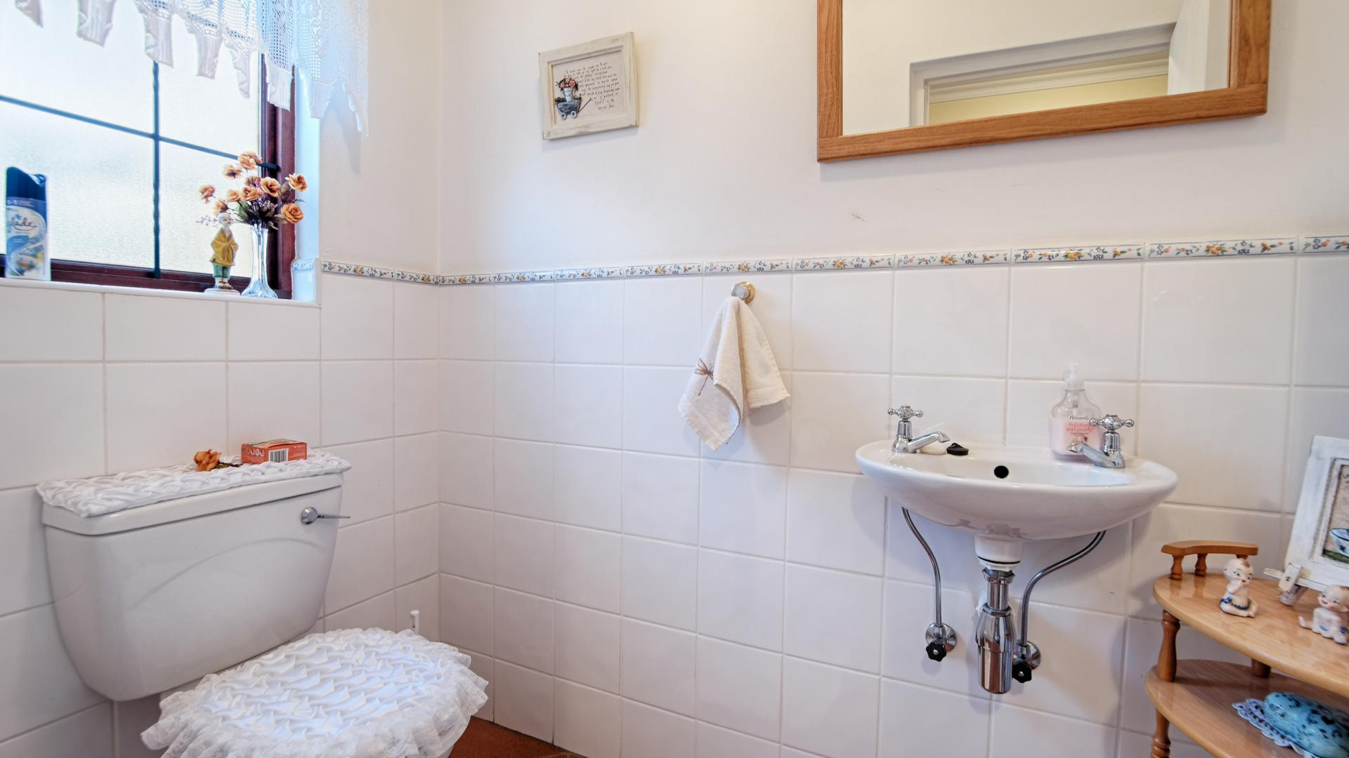 Guest Toilet - 3 square meters of property in Woodhill Golf Estate