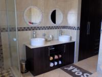 Main Bathroom - 10 square meters of property in Thatchfields