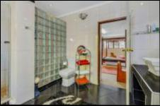 Main Bathroom - 18 square meters of property in Buccleuch