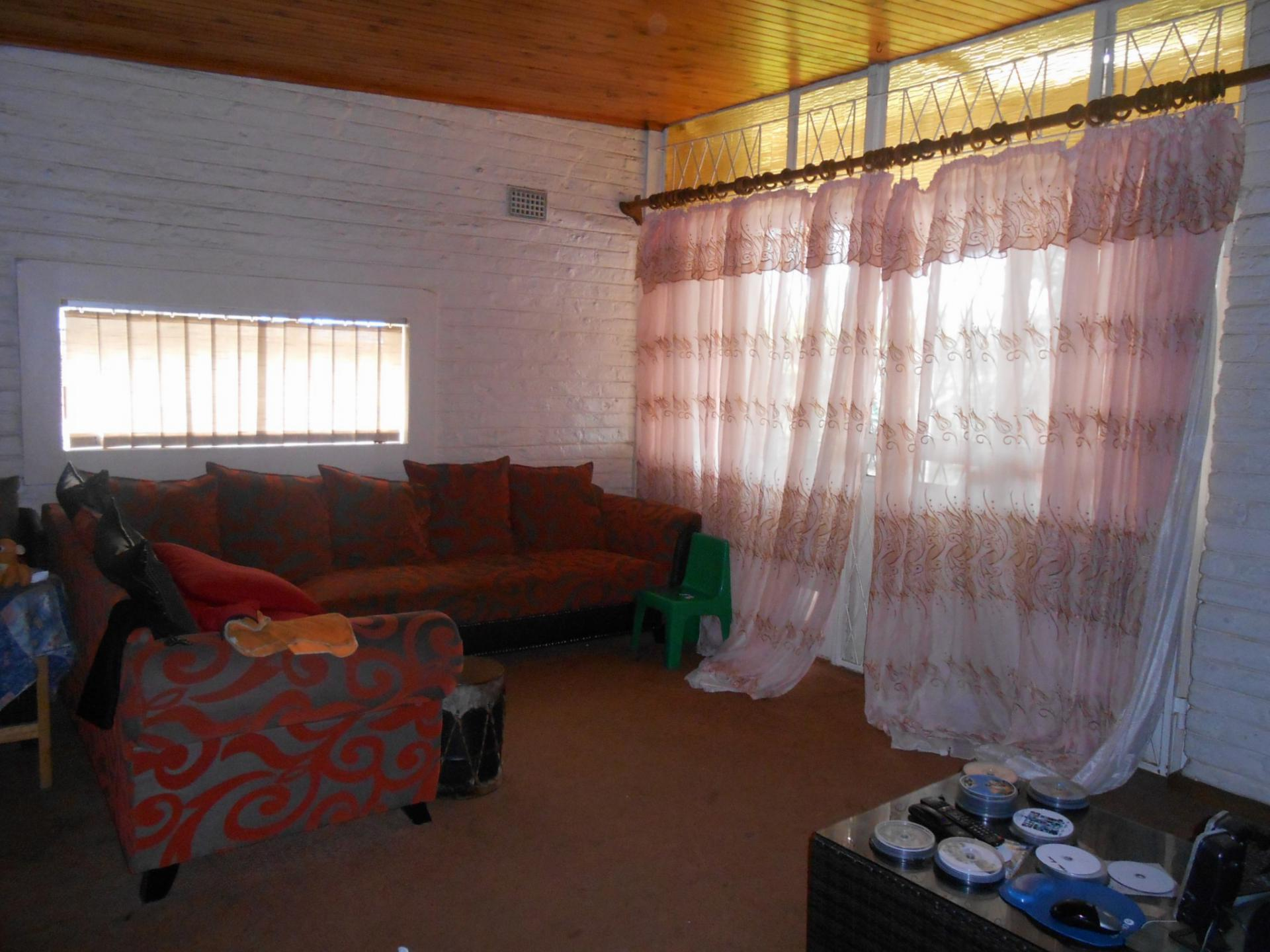 Lounges - 19 square meters of property in Greymont