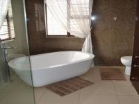 Main Bathroom - 14 square meters of property in Celtisdal