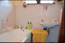 Main Bathroom - 5 square meters of property in Yellowwood Park