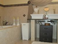 Main Bathroom - 13 square meters of property in South Kensington