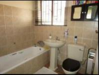 Bathroom 1 - 5 square meters of property in Regents Park
