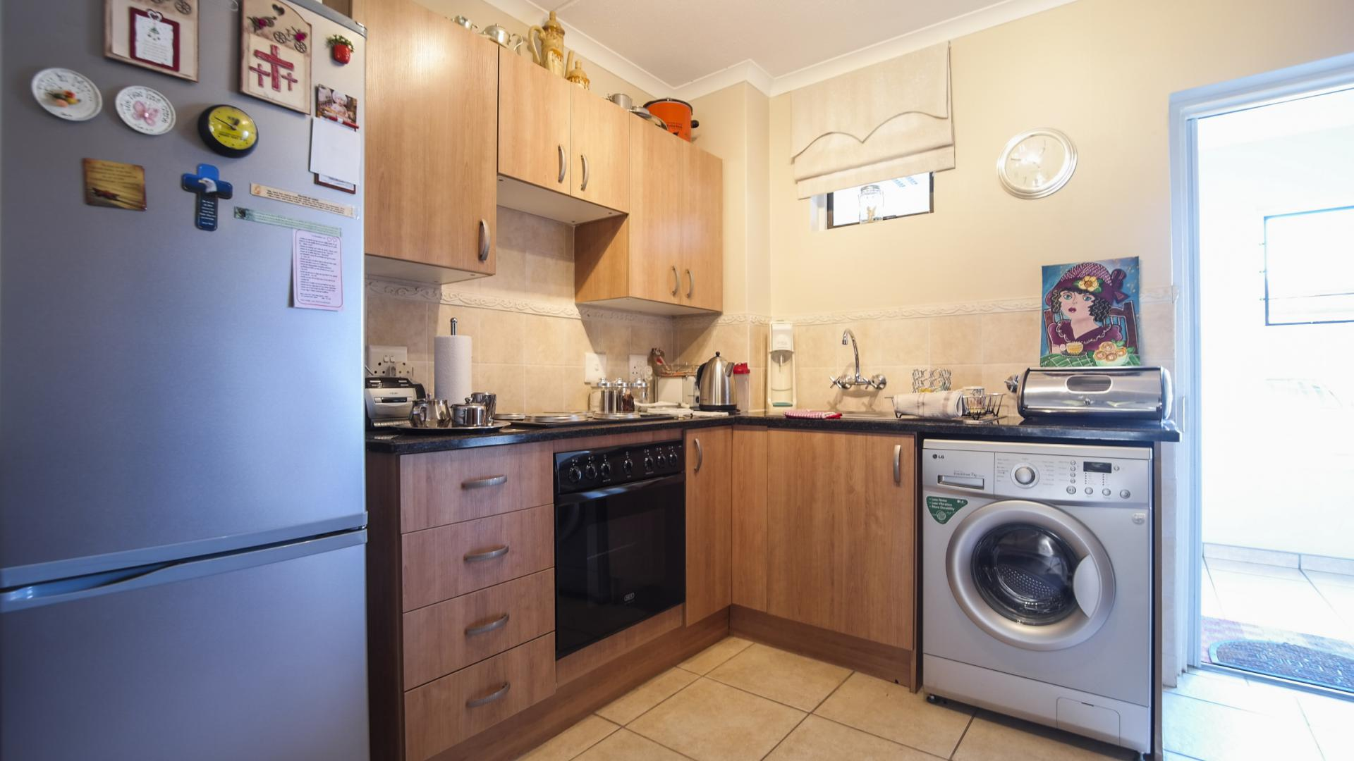 Kitchen - 11 square meters of property in Die Wilgers