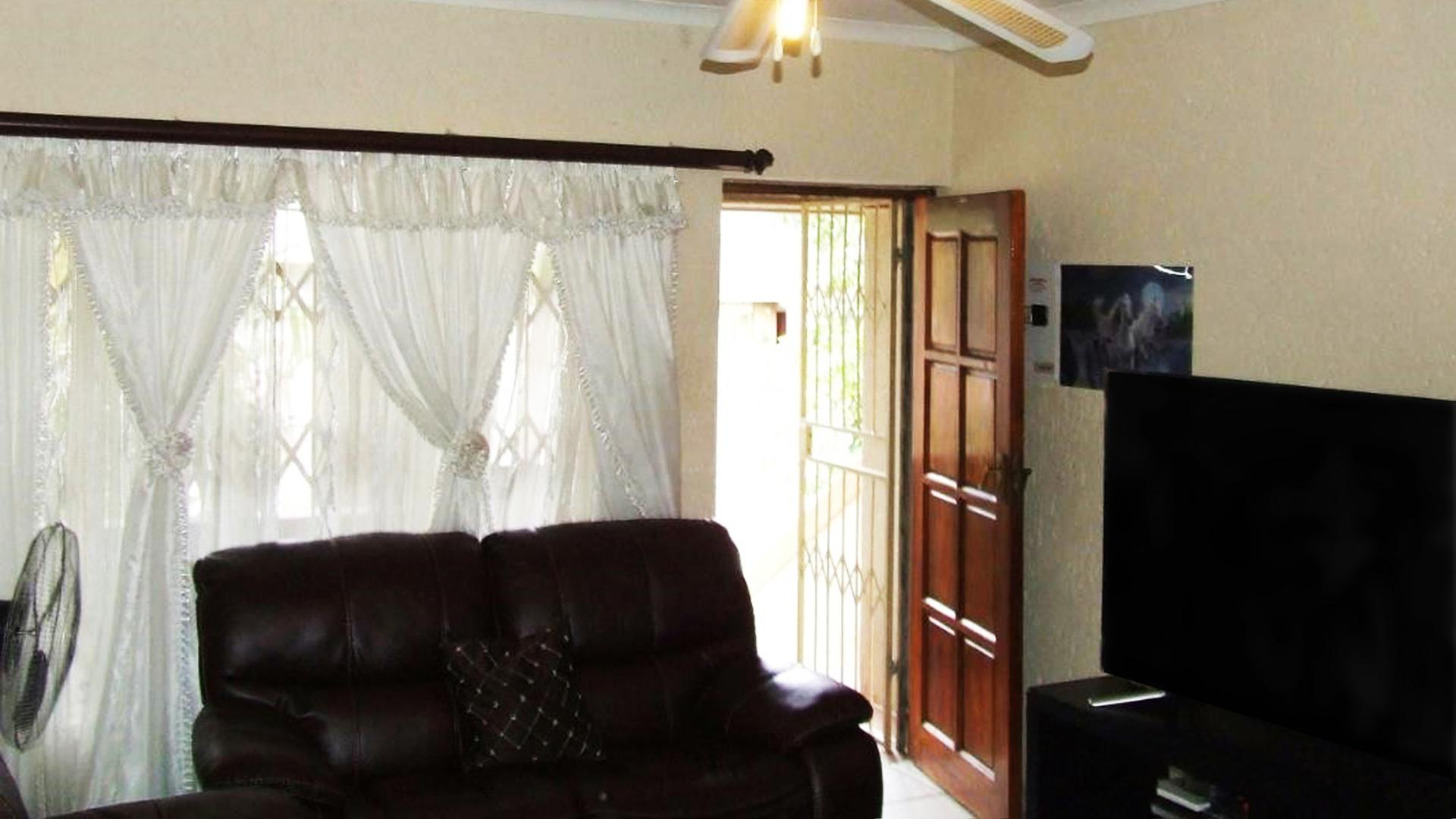 Lounges - 28 square meters of property in Kingsview