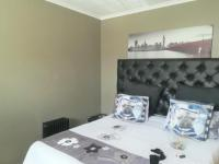Bed Room 1 - 16 square meters of property in Castleview
