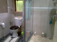 Main Bathroom - 5 square meters of property in Bloubosrand