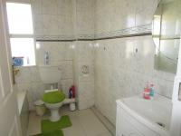 Main Bathroom - 5 square meters of property in Mondeor