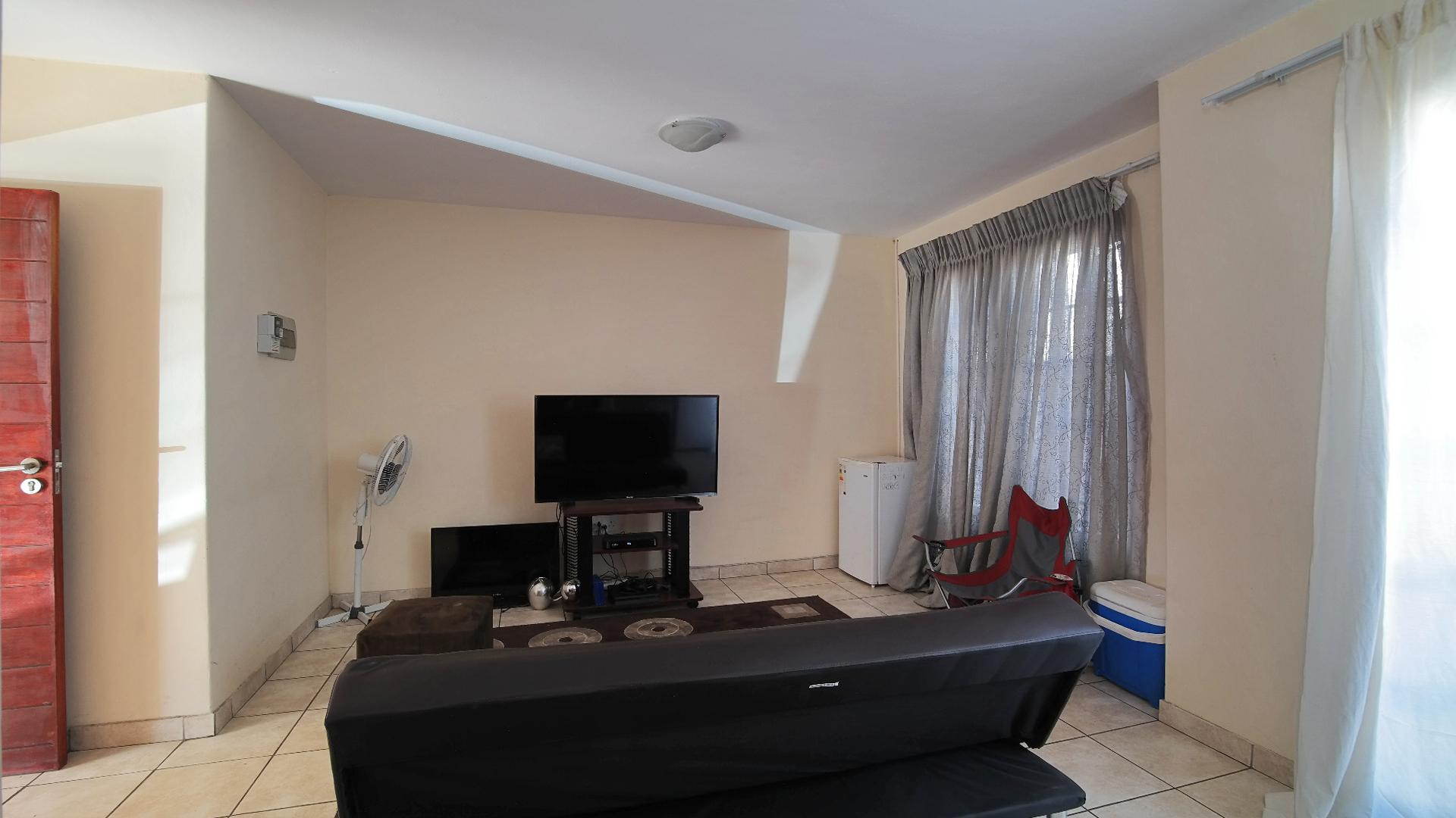Lounges - 20 square meters of property in Emalahleni (Witbank)