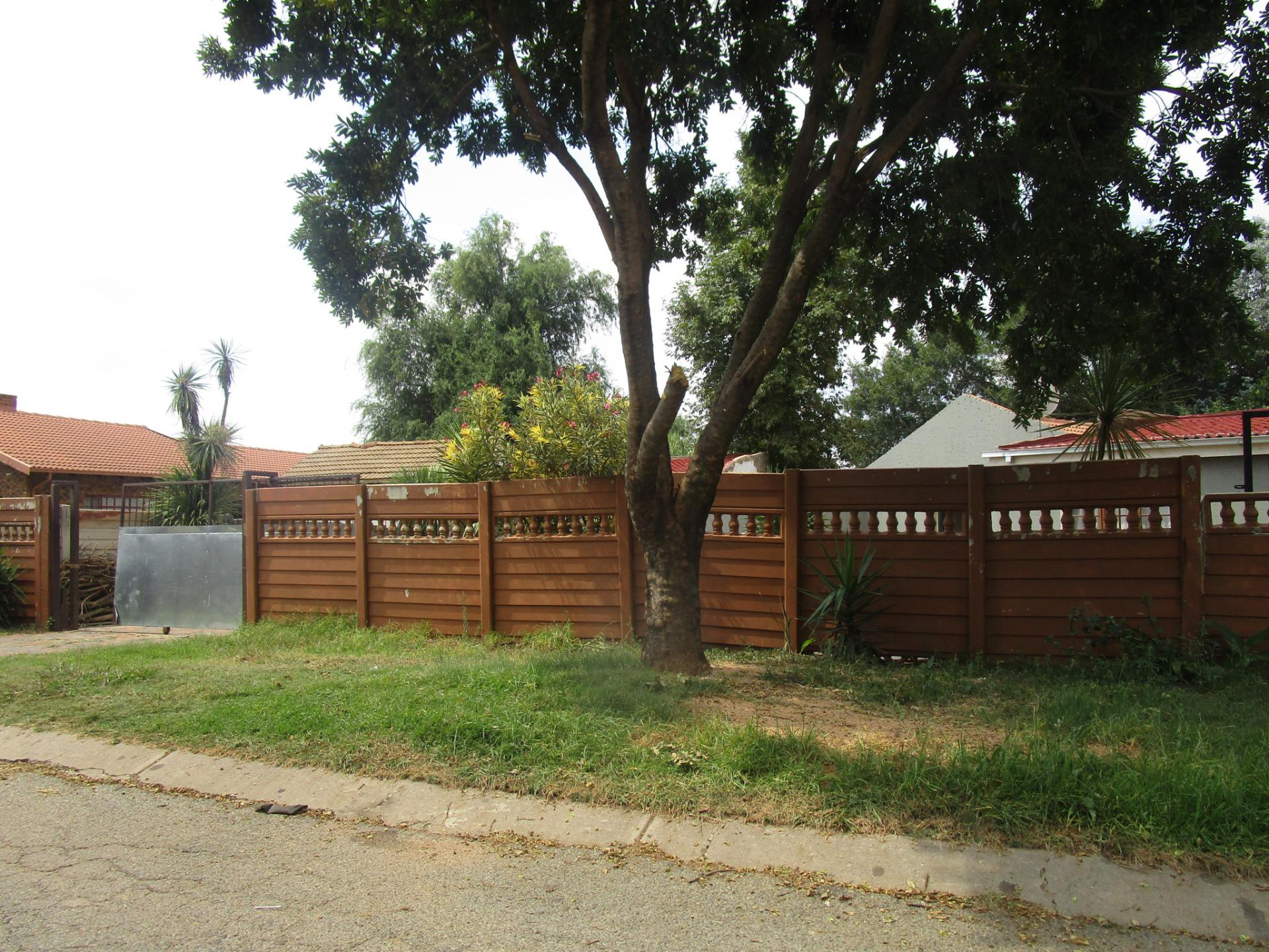 Front View of property in Pomona