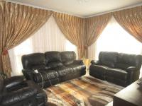 Lounges - 16 square meters of property in Goudrand