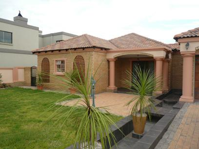 3 Bedroom House For Sale in Silver Lakes Golf Estate - Private Sale - MR25313