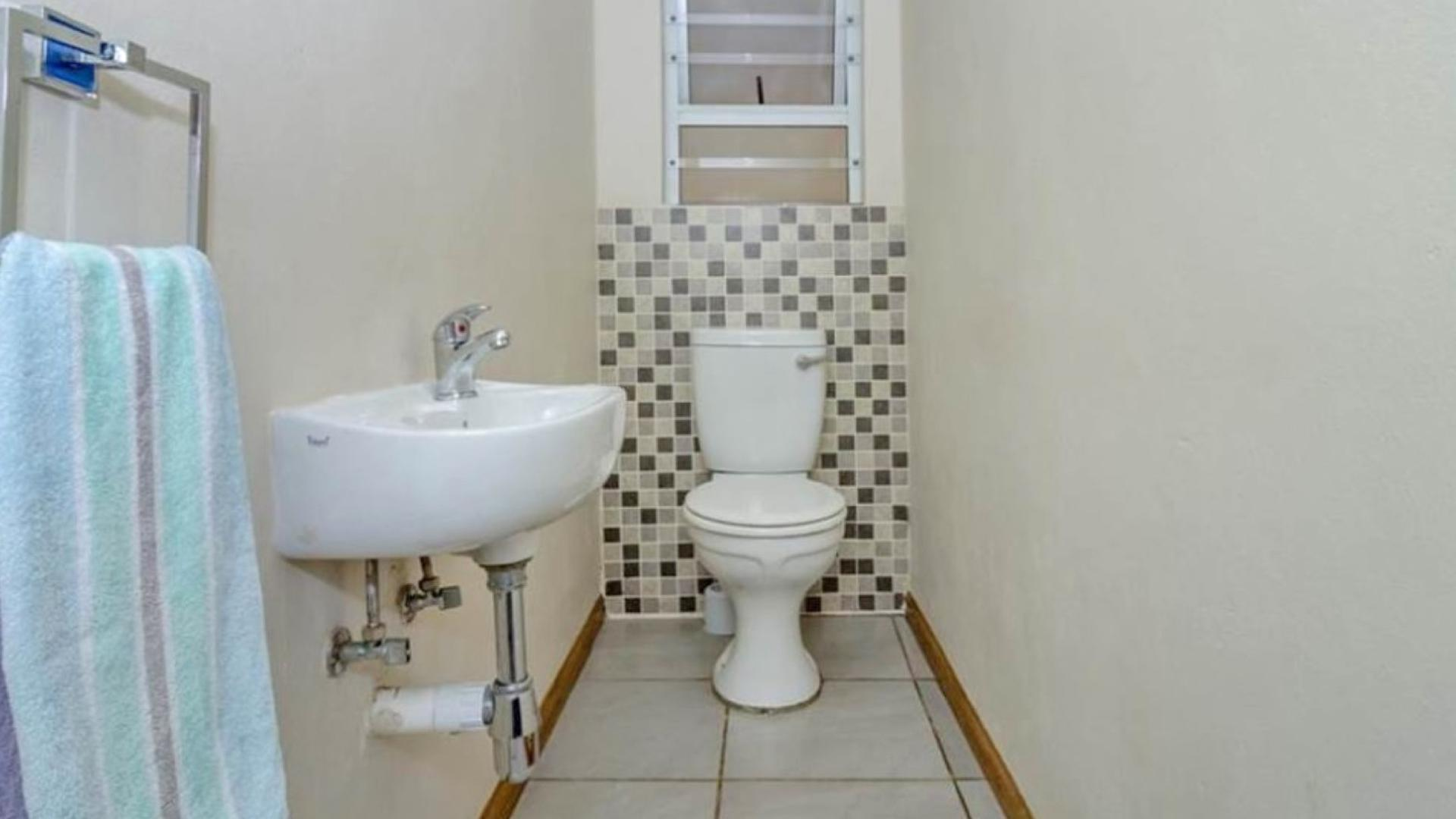 Guest Toilet - 3 square meters of property in Honeydew Manor