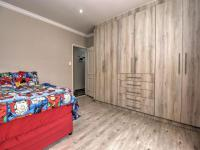 Bed Room 1 - 14 square meters of property in Strubensvallei